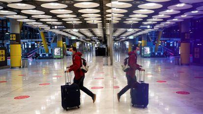UM passageiro cruza um dos salões do aeroporto Adolfo Suárez Madrid-Barajas em 3 de fevereiro.