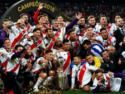 Os jogadores do River com a taça da Copa Libertadores.