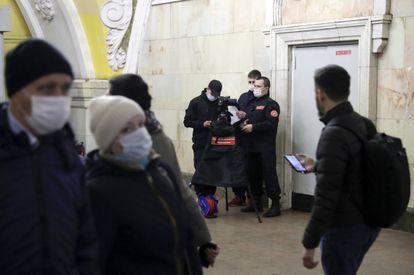 Uma patrulha do metrô de Moscou toma a temperatura dos passageiros, em 18 de março.