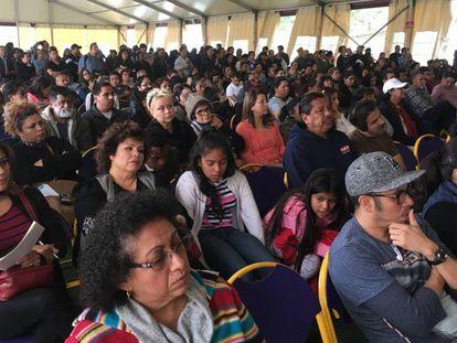 Imigrantes recebem instruções em Los Angeles. No vídeo, a detenção.