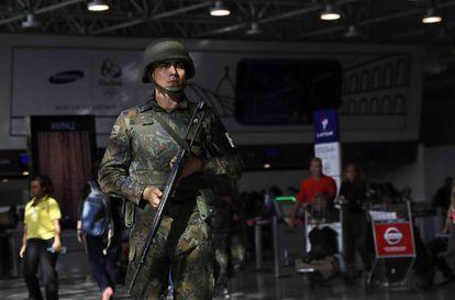 Agente do Exército no aeroporto internacional do Rio.