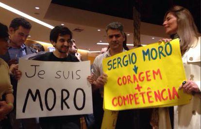 Apoiadores de Moro exibem cartazes de apoio.