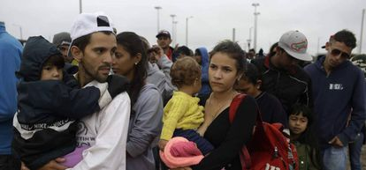 Família venezuelana na fila do café, na Colômbia.