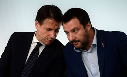 O primeiro-ministro italiano, Giuseppe Conte, com o líder da Liga, Matteo Salvini, em outubro passado em Roma
