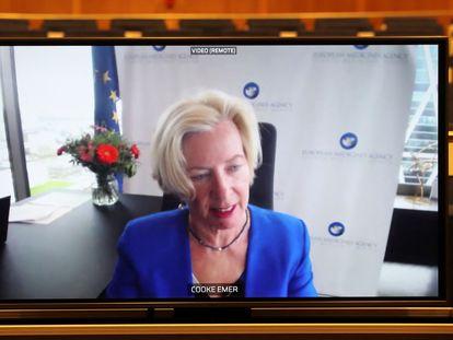 Emer Cooke, diretora da Agência Europeia de Medicamentos (EMA), em uma tela durante a videoconferência desta terça-feira em Bruxelas.