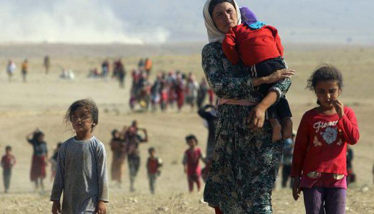 Yazidis deslocados abandonam a cidade de Sinjar, em agosto.