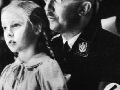 Himmler com sua filha Gudrun, em 1938.