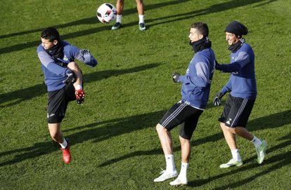 Cristiano Ronaldo e Fábio Coentrão brincam com James no treino da terça-feira.