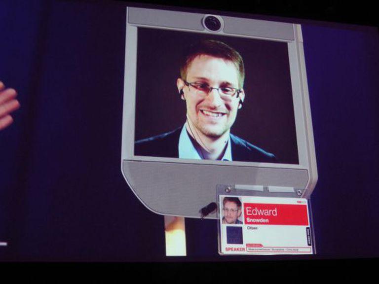 Snowden, na tela de um robô em Vancouver.