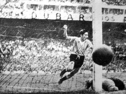 Ghiggia marca contra o Brasil na final de 1950.