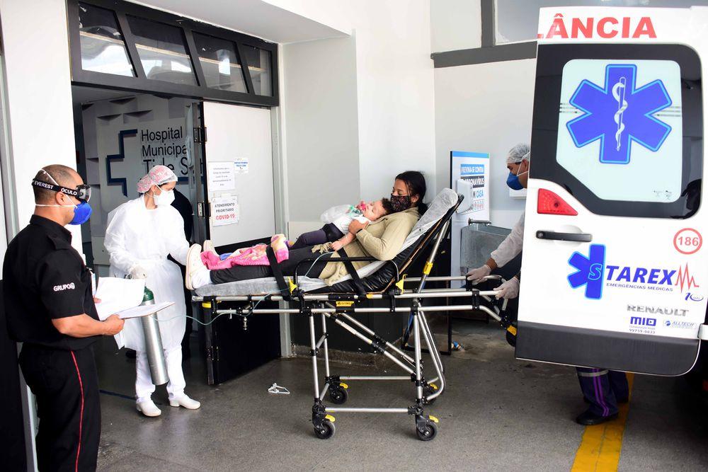 Um paciente sem fôlego atrás do outro. Mãe e filha numa maca. A agonia da covid-19 em São Paulo