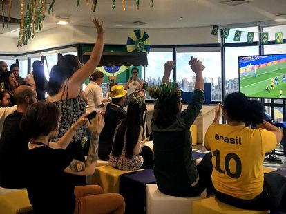 Empresas disponibilizaram TVs para funcionários assistirem aos jogos da Copa no Brasil.