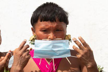 Uma indígena yanomami com uma máscara em 30 de junho em Alto Alegre. Segundo a Articulação dos Povos Indígenas do Brasil, há mais de 17.000 indígenas contaminados por covid-19, 547 mortos e 143 povos atingidos.