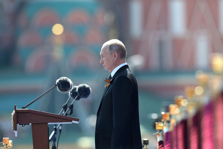O presidente russo, Vladimir Putin, preside desfile em junho em Moscou.