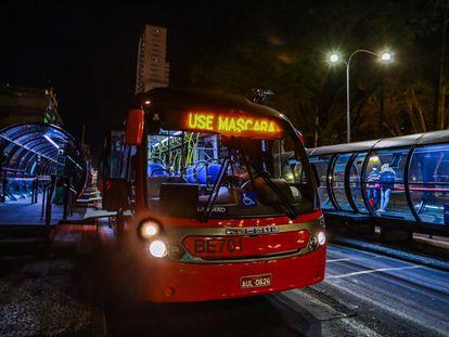Ônibus em Curitiba vão circular com ocupação de 50% a partir desta segunda-feira.
