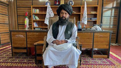 O mulá Neda Mohammad, comandante do Talibã, no domingo, em seu escritório na cidade afegã de Jalalabad.