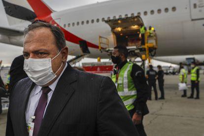O ministro da Saúde, general Eduardo Pazuello, recebe o carregamento de vacinas vindas da Índia.