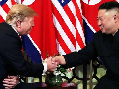 Trump e Kim se cumprimentam no início da cúpula nesta quarta-feira em Hanói. No vídeo, o cumprimento e as declarações.