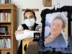 A assistente social Paola Falcetta perdeu a mãe para a covid-19.