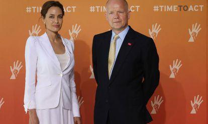 Angelina Jolie, com o ministro britânico William Hague.