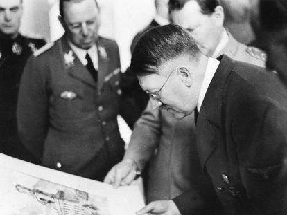 Hitler observa uma aquarela em 1944. À sua direita, Hermann Göring.