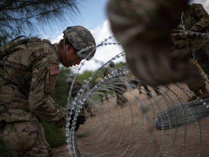 Militares norte-americanos reforçam a fronteira em Hidalgo (Texas).