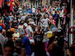 AME9138. SAO PAULO (BRASIL), 02/03/2021.- Vista general de una concurrida calle comercial hoy, en Sao Paulo (Brasil). Brasil vive el peor momento de la pandemia del coronavirus, con una explosión de casos e ingresos que ha llevado a las autoridades sanitarias a exigir más medidas de restricción en todo el país, mientras el presidente, Jair Bolsonaro, insiste en negar la gravedad de una enfermedad que ya deja más de 250.000 muertos. EFE/ Sebastiao Moreira