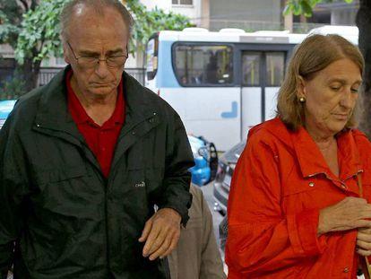 O irmão e a cunhada da turista espanhola María Esperanza Jiménez Ruiz, morta pela PM na Rocinha, chegam ao hospital Miguel Couto.