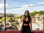 COVID-19 - EL PAÍS - São Paulo - Brasil - Mortes pela covid-19 crescem 45% nos bairros pobres em uma semana. O crescimento do número de mortes causadas pelo contágio da covid-19 (suspeitas ou confirmadas) na capital paulista vem refletindo a desigualdade social de uma cidade que concentra 60% de suas unidades de terapia intensiva (UTI) em apenas três distritos. Na última semana, entre os dias 17 e 24 de abril, houve aumento de 45% nas mortes ocorridas nos 20 distritos mais pobres do município. O distrito com o maior número de morte por covid-19 segue sendo a Brasilândia, na zona norte, com 81.  A ONG Preto Império tem cadastrado moradores em situação economica difícil e entregado cestas básicas. NA FOTO- Nathalua Soares 14 anos, reclama da quarentena e aponta os problemas que a periferia enfrenta.  Foto/ TONI PIRES EL PAÍS 28.04.2020