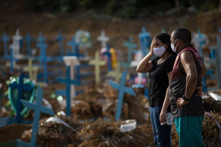 Um casal chora em um cemitério de Manaus (AM).