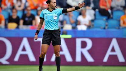 A árbitra Edina Alves apitou a última Copa do Mundo feminina, na França.