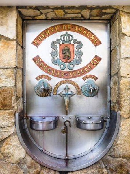 Fonte de água e vinho da vinícola Bodegas Irache, perto de Ayegui (Navarra).