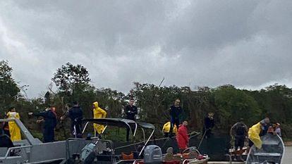 Bombeiros durante resgate no rio Paraguai, em Corumbá.