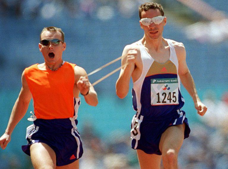 O atleta checo Petr Novak correndo cara a cara com seu script