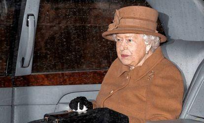 Elizabeth II, na saída do serviço dominical em Sandringham, neste domingo.