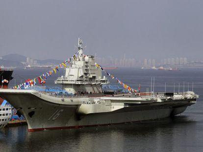 O 'Liaoning', o primeiro porta-aviões chinês no porto de Dalian.