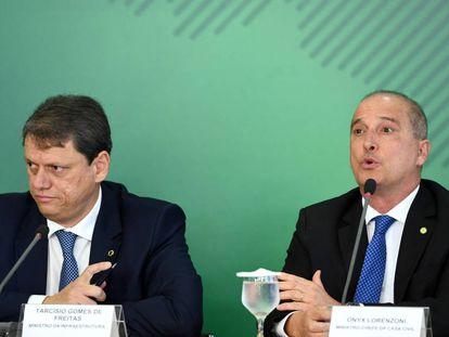 Ministro da Infraestrutura, Tarcísio Freitas, e o Chefe da Casa Civil  Onyx Lorenzoni em anúncio de medidas para caminhoneiros nesta terça-feira.