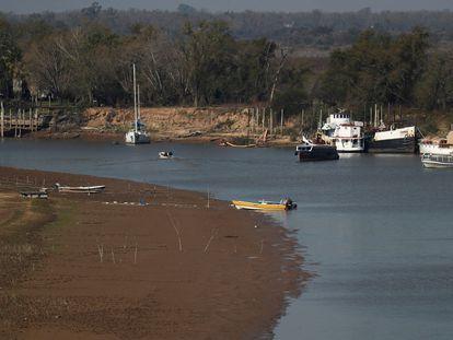 Barcos no rio Paraná na altura de Rosário.
