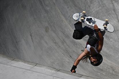 Sky Brown faz uma manobra acrobática durante a competição, nesta quarta-feira em Tóquio.