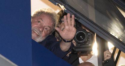 Lula acena da janela do Sindicato dos Metalúrgicos do ABC.