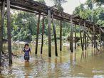 Aryana Adali se baña en el Tacana, uno de los miles de afluentes del Amazonas, en el resguardo indígena de Tikuna-Huitoto de Leticia (Colombia), amenazado por vertidos tóxicos y pesca masiva, que ponen en peligro la alimentación y salud de millones de personas que se nutren de esta agua y los peces que la habitan.