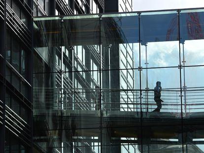 Homem caminha no interior do edifício do Goldman Sachs em Londres em 2016.