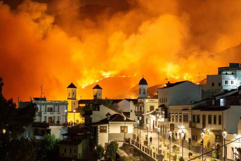O município canário de Tejeda, na noite de sábado com o incêndio ao fundo.