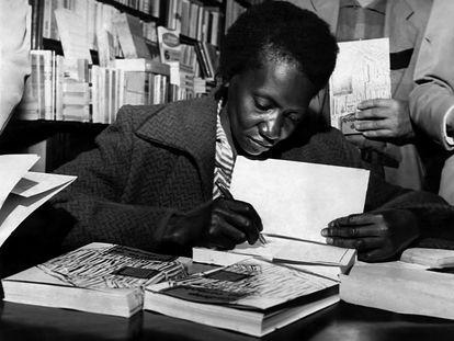 Carolina Maria de Jesus autografando um de seus livros, em 1960.