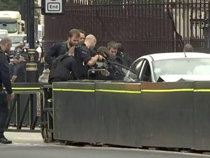 Momento da detenção do homem que colidiu contra as barreiras de segurança do Parlamento britânico, nesta terça-feira.