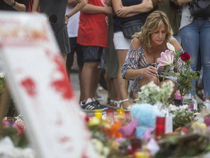 Flores depositadas na Rambla em homenagem às vítimas.