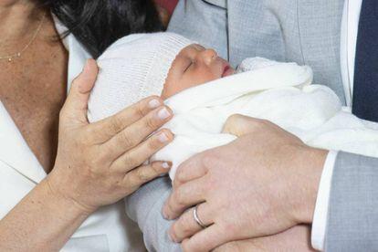 Um primeiro plano do bebê de Meghan e Harry.