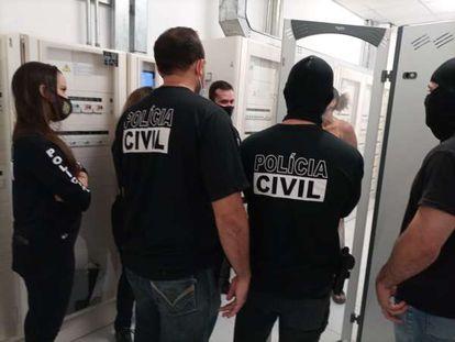 Policiais cumprem mandado de busca e apreensão para investigar racismo na Zara.