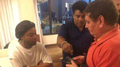 Policiais verificam documentos no quarto e hotel onde Ronaldinho está hospedado.
