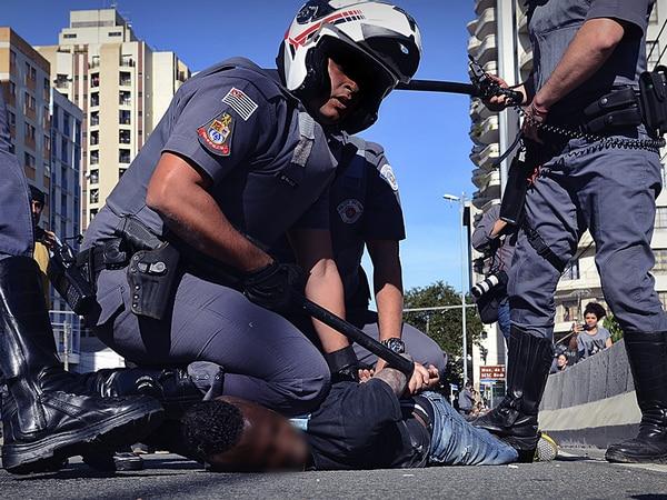 PM de São Paulo imobiliza homem negro suspeito de furto no centro da capital.